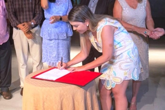 Prefeita Anna Lorena prestigia desfile com obras de rendeiras monteirenses