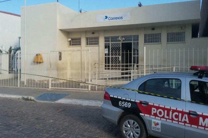 Trio armado invade e assalta agência dos Correios em Taperoá e roubam motos