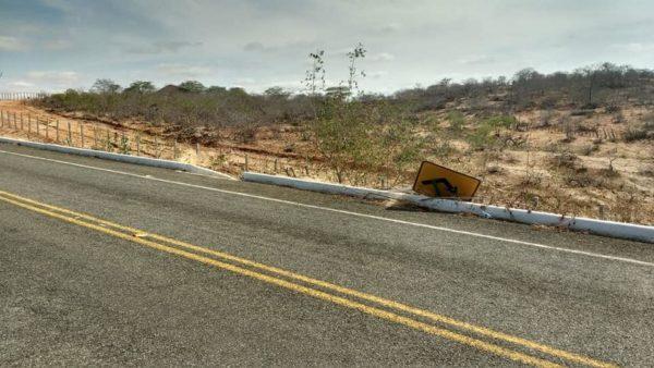 População alerta: Vândalos voltam a derrubar placas de sinalização de rodovia no Cariri