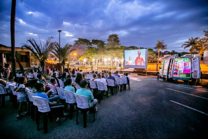 Van a energia solar leva festival de cinema gratuito a Cabaceiras