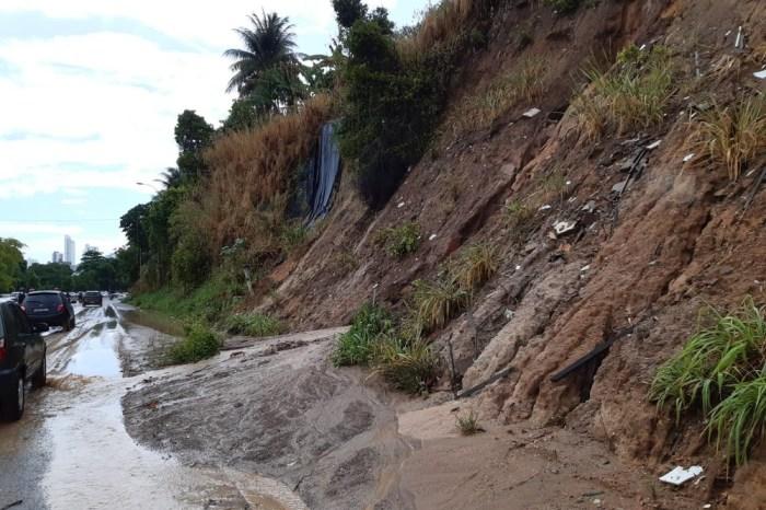 Chuvas em JP causam deslizamento de terra em barreira na BR-230