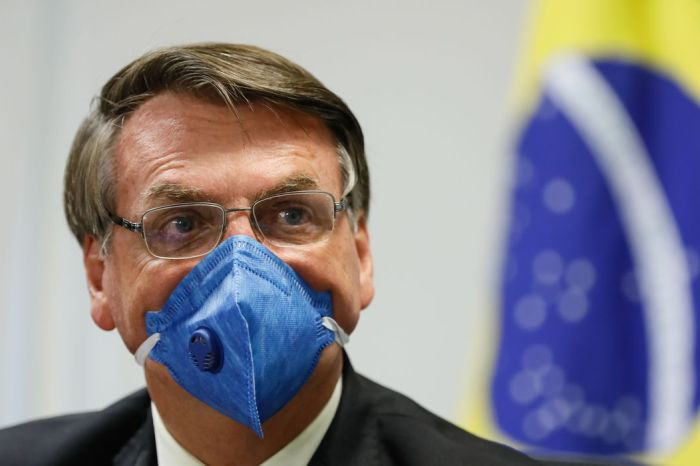 Bolsonaro faz doação irregular de R$ 10 mil para a campanha de Carlos