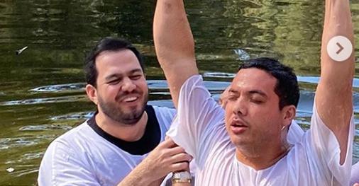 Cantor Wesley Safadão se batiza nas águas do Rio Jordão em Israel