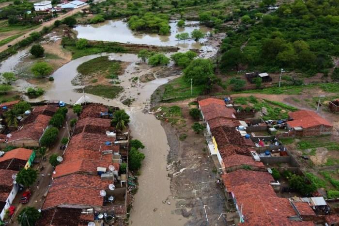 Cinco açudes estouram e inundam ruas de São Sebastião do Umbuzeiro, no Cariri