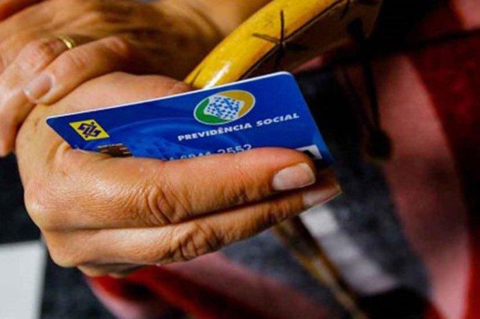 Aposentados podem utilizar o cartão do benefício para compras