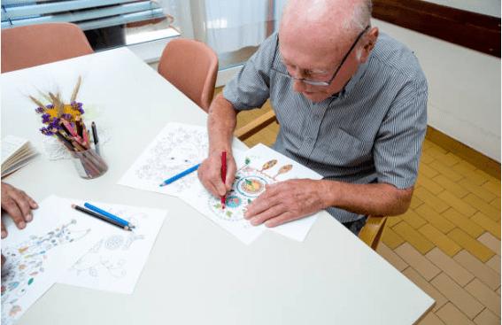 Secretaria de Desenvolvimento Social de Monteiro distribui kits de atividades com idosos do SCFV