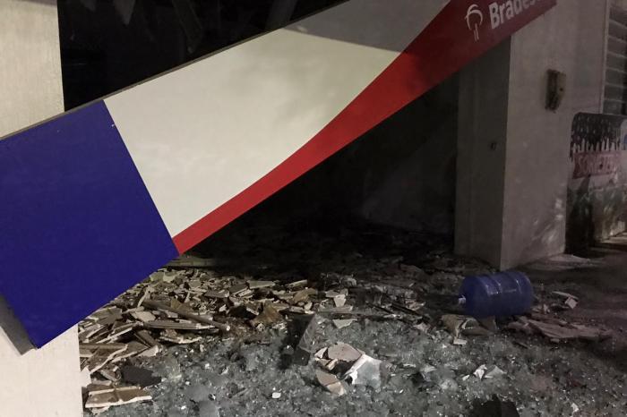 Bandidos explodem agência do Bradesco de São Sebastião do Umbuzeiro