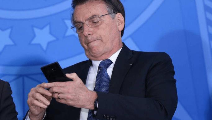 Celso de Mello pede apreensão dos celulares de Bolsonaro e Carlos Bolsonaro