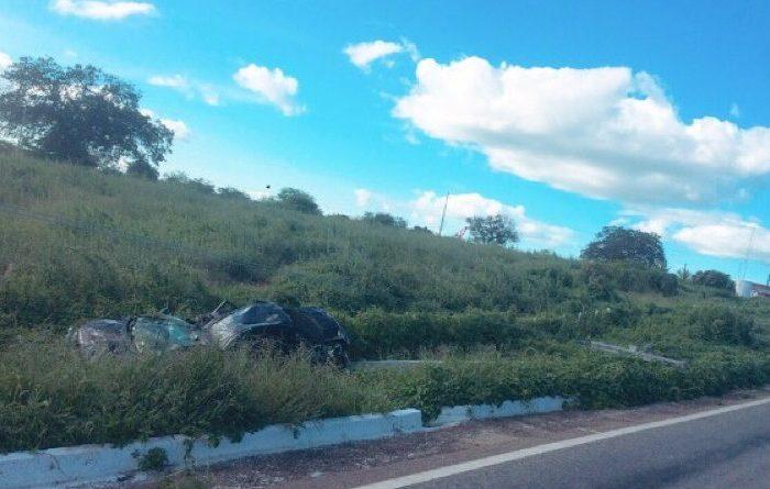 Motorista perde controle de veículo e colide em poste na zona rural de Monteiro