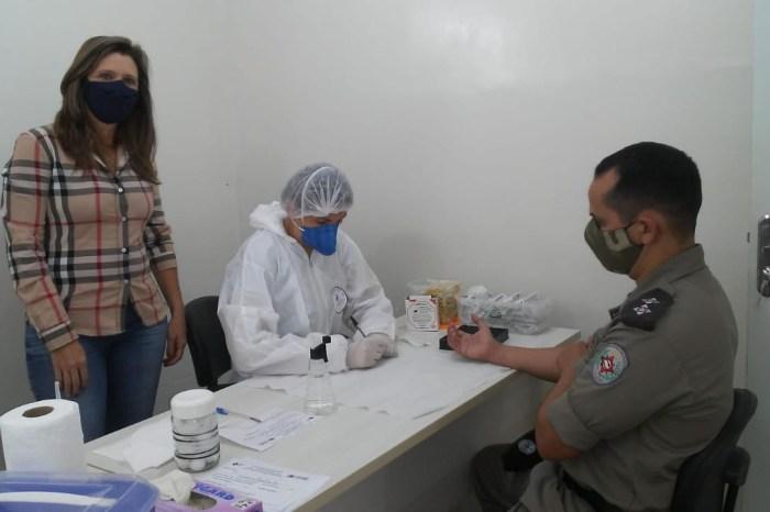 Profissionais do Centro de Referência em Covid de Monteiro realiza coleta para exames em Policiais Militares