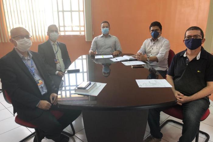 Prefeito Éden Duarte se reúne com representantes da Caixa Econômica e solicita melhorias no atendimento em Sumé