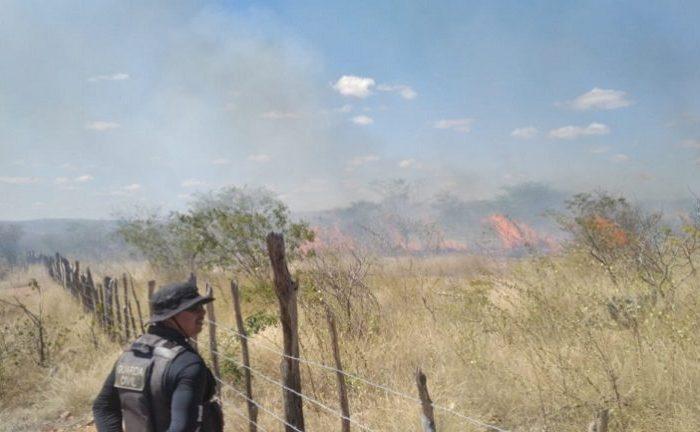 Incêndio em Caraúbas provoca medo na população e Corpo de Bombeiros é acionado