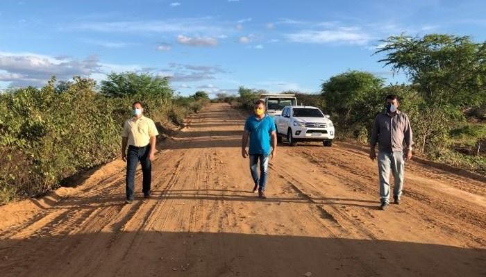 Éden Duarte visita obra de recapeamento da PB 210, que liga Sumé a Taperoá