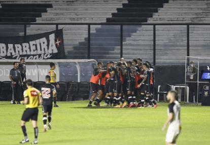 Vasco estreia com vitória e show de Fellipe Bastos