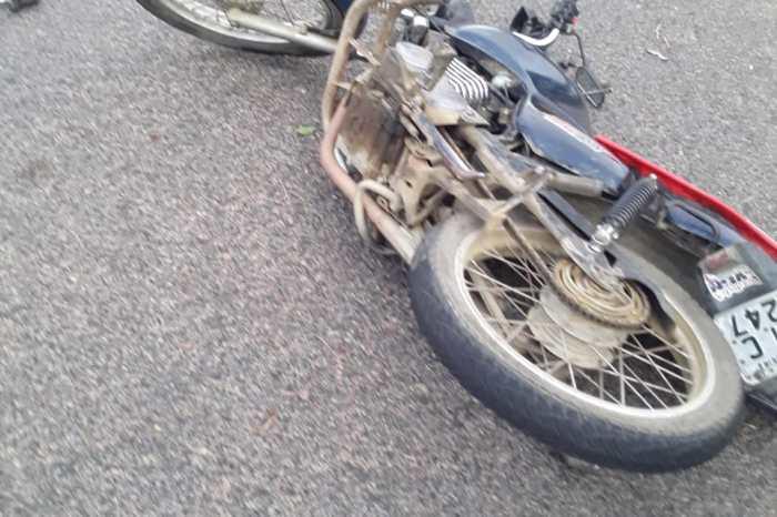 Colisão entre motos deixa três pessoas gravemente feridas em Monteiro
