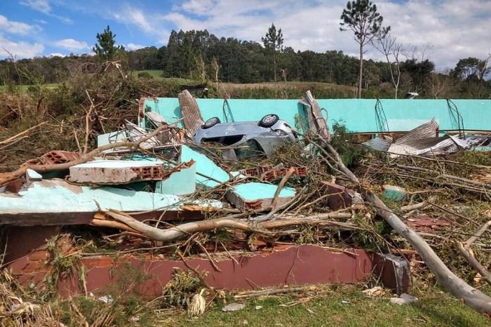 Chuva de granizo e tornados deixam 800 desabrigados em SC
