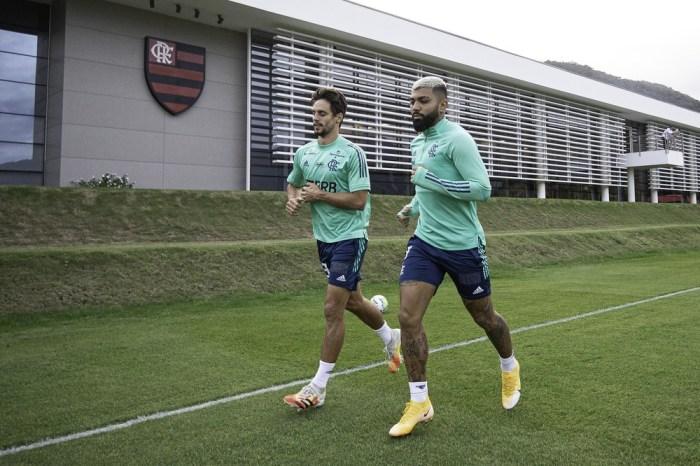 Rodrigo Caio e Gabigol realizam parte de treino com elenco