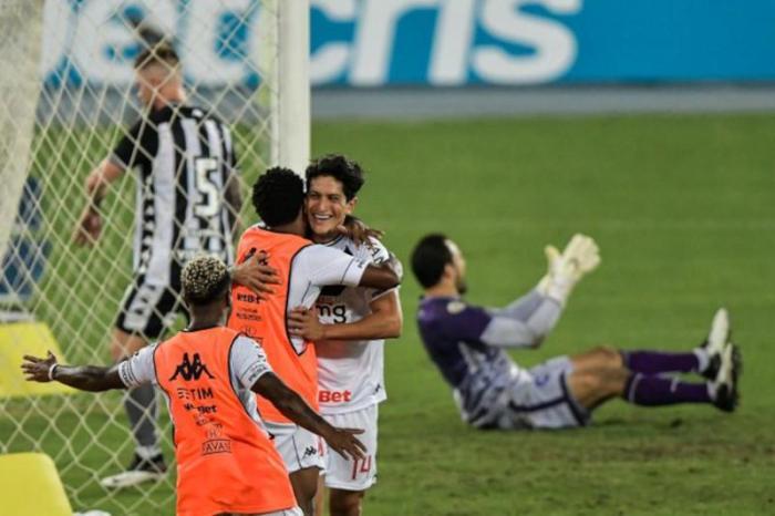 Em clássico eletrizante, Vasco supera o Botafogo no Nilton Santos