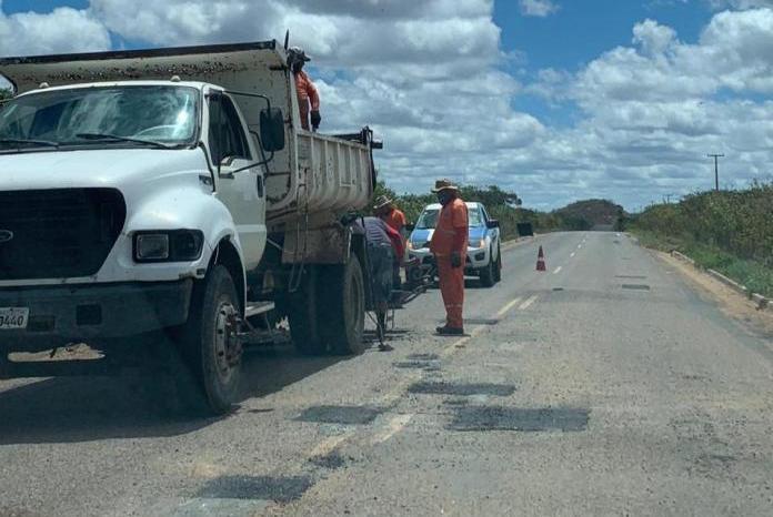 DER realiza manutenção da PB-264 que liga São Sebastião do Umbuzeiro a Monteiro