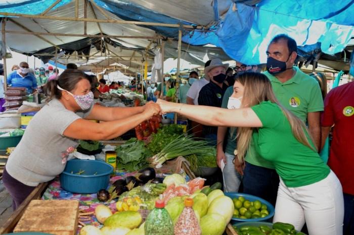 Feirantes e Comerciantes recebem Lorena e Celé com festa pelas obras no Mercado Público