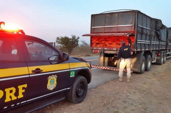 PRF apreende caminhão transportando madeira de forma ilegal na região do Cariri