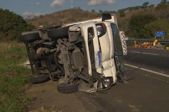 Caminhão carregado de açaí tomba e carga é saqueada em CG