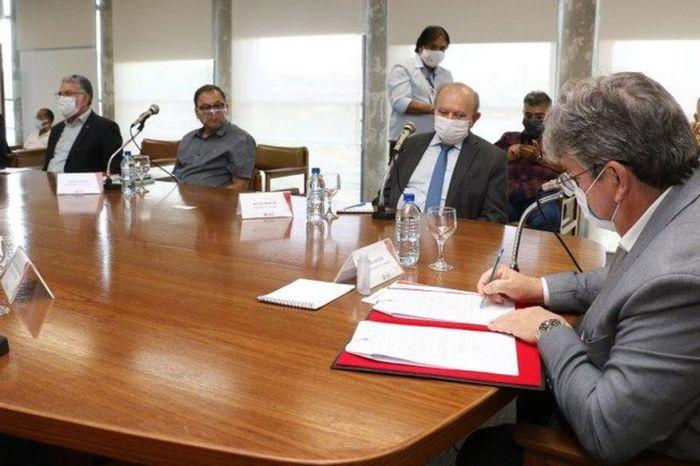 João Azevêdo assina decreto que atende empresas do Cariri com redução de impostos