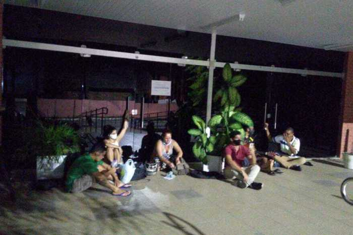 UFPB: alunos se acorrentam na reitoria em protesto