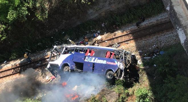 Ônibus de turismo cai de viaduto em Minas Gerais e deixa 14 mortos