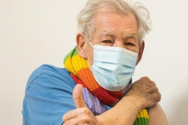 Ian McKellen é a primeira celebridade a se vacinar contra Covid-19