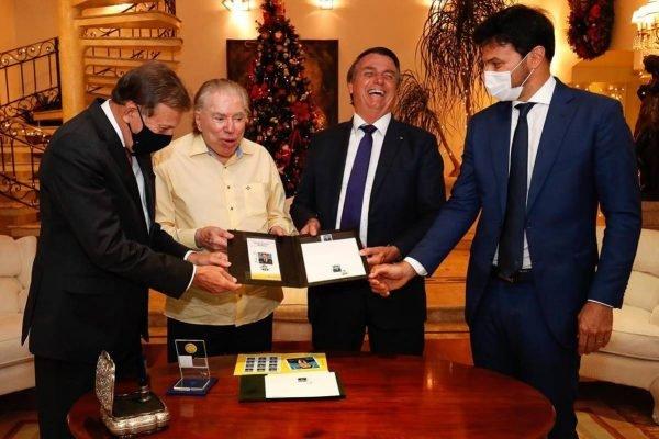 Aos 90 anos, Silvio Santos ganha selo comemorativo de Bolsonaro