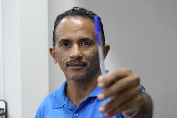 Cantor de 'Caneta Azul' lança nova música e viraliza: 'Vamos vacinar'