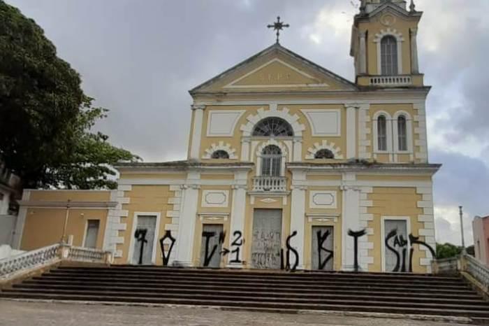 Igreja no Centro Histórico, patrimônio da PB, é pichada