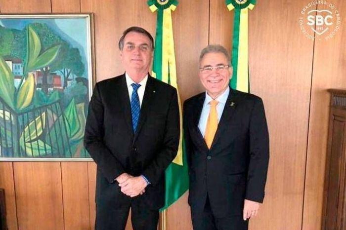 Bolsonaro dá posse a Marcelo Queiroga como ministro da Saúde em cerimônia reservada