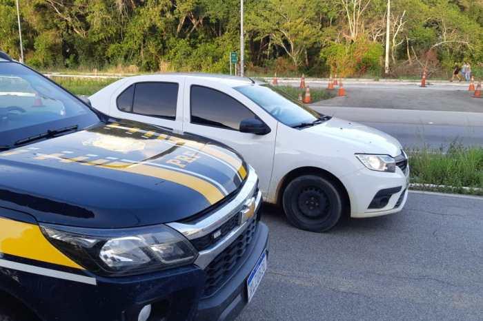 Homem é preso com mais de R$ 98 mil escondidos em fundo falso de carro