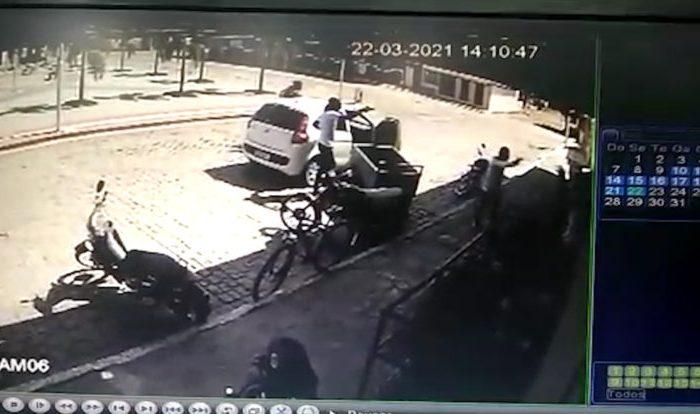 Homens armados roubam carro e assaltam supermercado em Barra de São Miguel