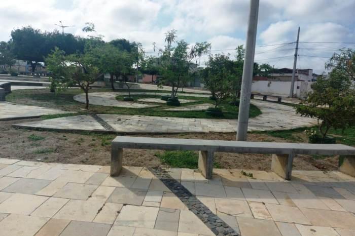 Infraestrutura realiza serviços e reparos emmais uma praça da Vila Popular em Monteiro