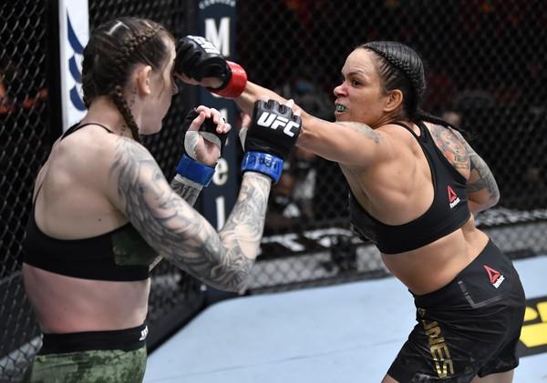 Monteirense Amanda Nunes atropela rival e mantém cinturão do UFC