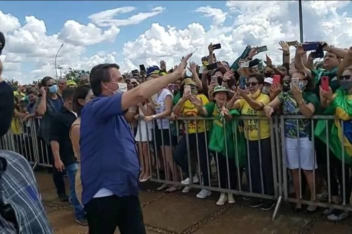 """Bolsonaro diz que """"só Deus"""" o tira da presidência e ataca governadores"""