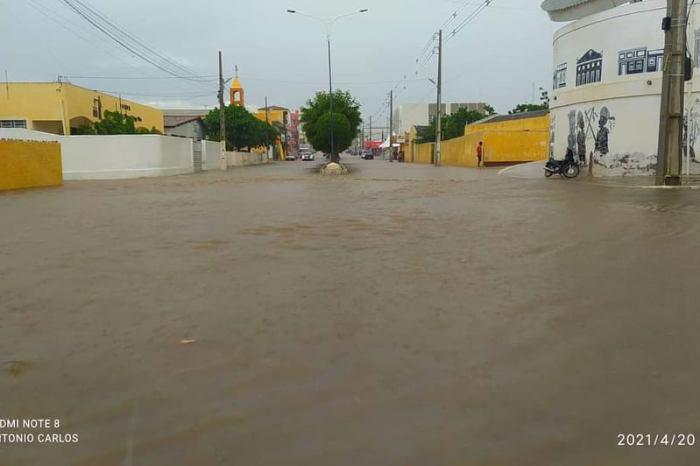Chuva forte alaga centro da cidade de Taperoá nesta terça-feira