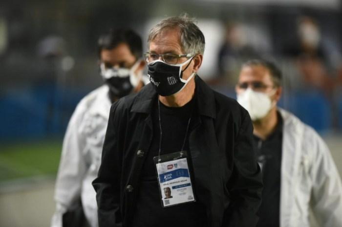 Na mira do Fortaleza, Ariel Holan negocia rescisão com Santos e almeja nova chance no Brasil