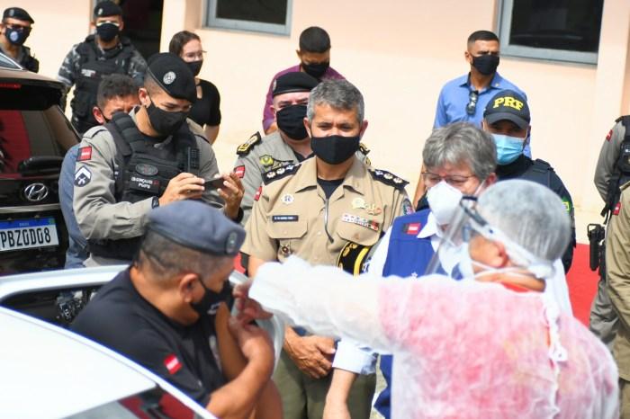 João Azevêdo acompanha início de vacinação das forças de Segurança e anuncia chegada de novas doses