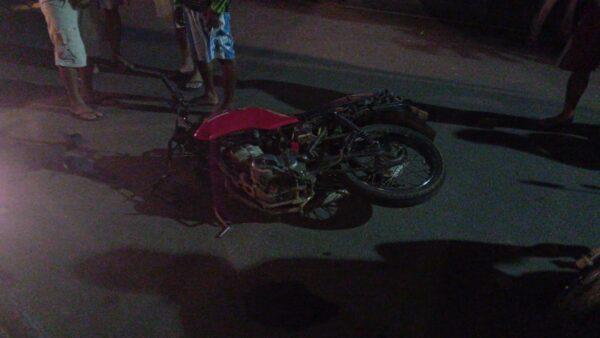 Homem assalta farmácia no Cariri e na fuga colide em meio fio; veículo se parte ao meio