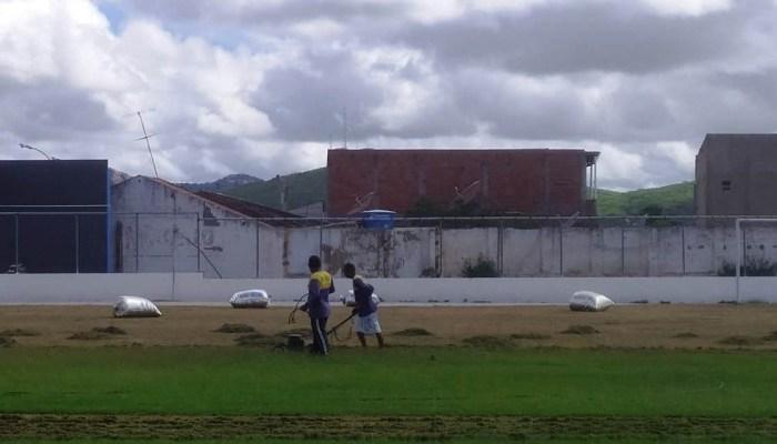 MONTEIRO: Obras do Feitosão seguem avançando e gramado recebe cuidados de especialista