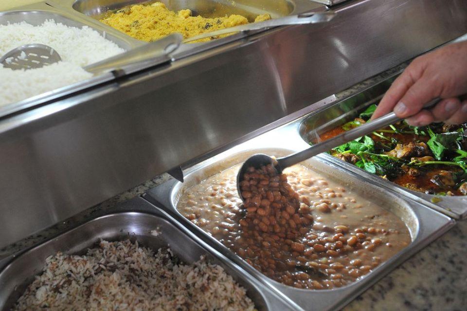 Governo anuncia mais de 550 mil almoços por mês ao preço de R$ 1; veja de municípios beneficiados