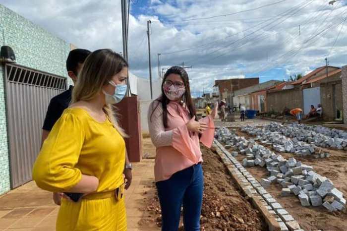 Prefeita Anna Lorena vistoria obras de pavimentação em Monteiro