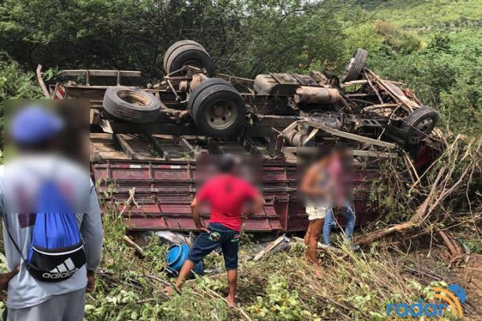 Após estourar caixa de marcha e pneu, caminhão tomba e deixa duas pessoas feridas no Sertão do Estado