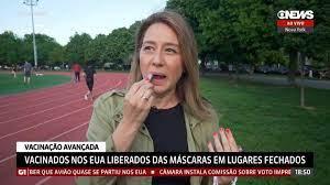 Repórter da GloboNews tira máscara e passa batom após vacinação nos EUA