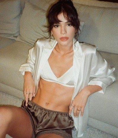Bruna Marquezine mostra barriga trincada em lingerie