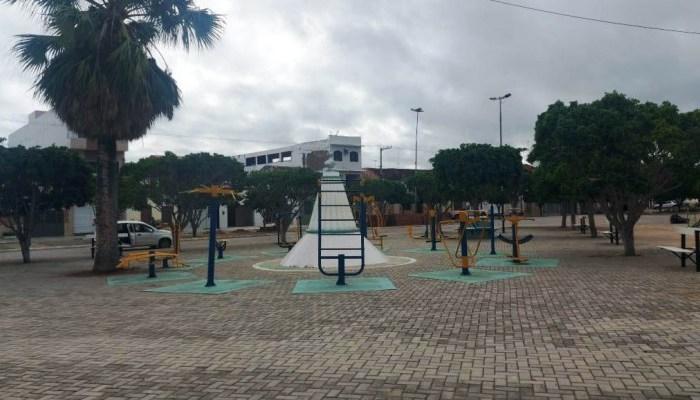 Infraestrutura realiza serviços de recuperação na tradicional Praça da Saudade em Monteiro
